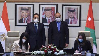 صورة مدبولي يصل مطار القاهرة عائدا من عمّان بعد جلسة مباحثات مع نظيره الأردنى