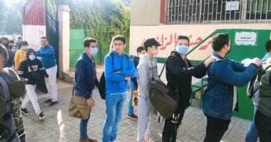 صورة طلاب الشهادة الاعدادية يبدأون الامتحان متعدد التخصصات فى المدارس